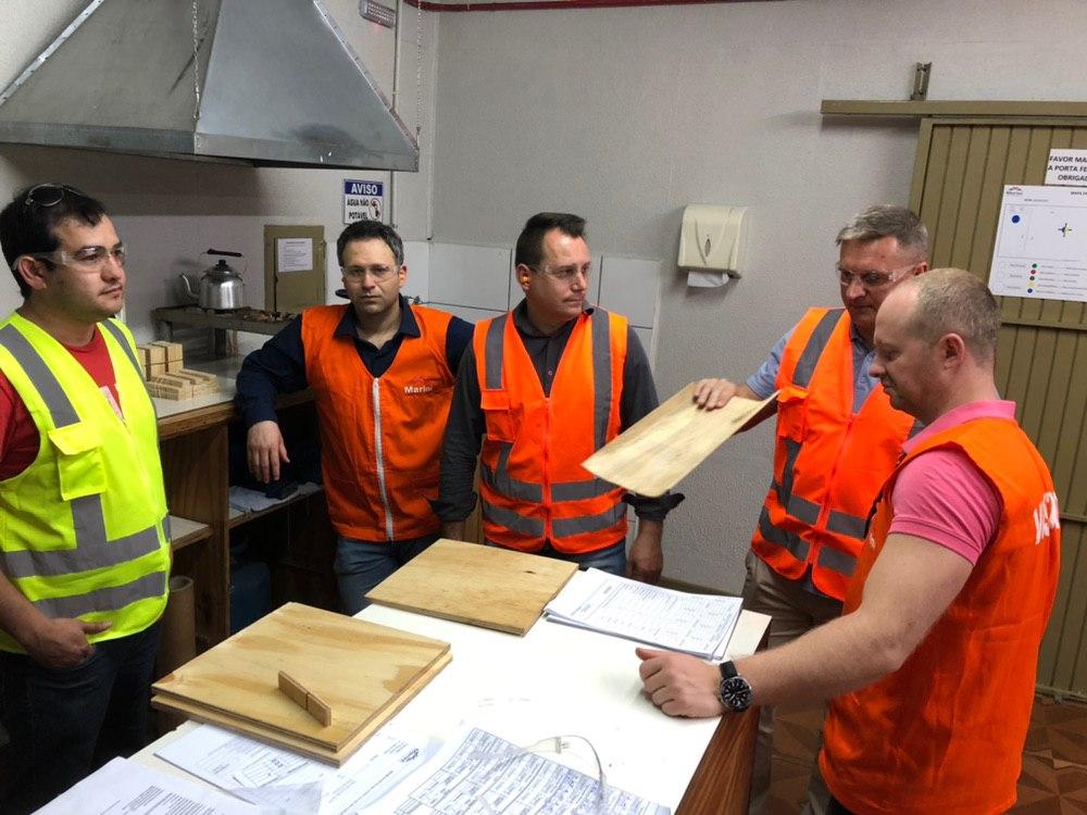Compradores russos negociam maquinário madeireiro em Curitiba